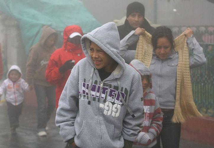 Aconsejan a la población abrigarse y evitar cambios bruscos de temperatura. (Notimex)