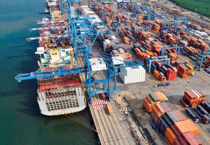 Los modernos piratas son capaces de burlar la vigilancia para colocar miles de toneladas de minerales para su traslado en buques de gran tamaño. La imagen es del puerto de Manzanillo, en donde se han incautado miles de toneladas de producto ilegal. (ptc.mx)