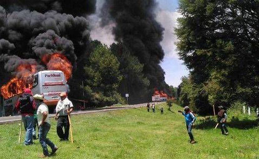 Manifestantes quemaron camiones en respuesta a un intento de desalojo. (Quadratín, en Milenio)
