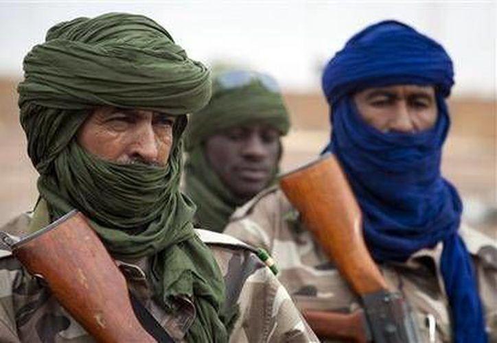 Soldados chadianos vigilan el aeropuerto de Gao, en el norte de Malí. (Agencias)