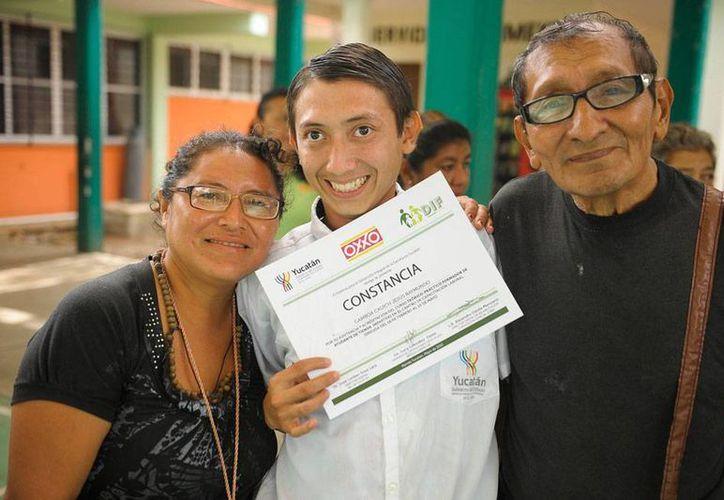 Personas con discapacidad concluyeron curso de capacitación como ayudantes de tienda. La cadena Oxxo, que impartió el curso junto con el DIF-Yucatán, empleará a algunos de ellos. (Cortesía DIF-Yucatán)