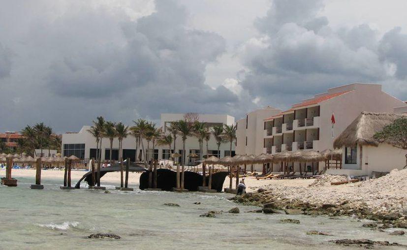 La zona turística de Akumal, donde existen cuartos hoteleros, carece del servicio. (Rossy López/SIPSE)