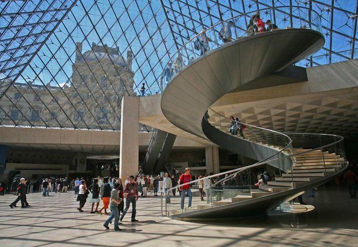 El argelino sugería evitar atentados en centros comerciales parisinos. En la imagen aparece una de las entradas al Museo del Louvre. (parisselectbook.com)