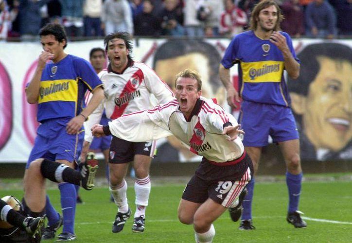 Esteban Cambiaso anotando en un superclásico celebrado en  2001. (Foto: Archivo/EFE)