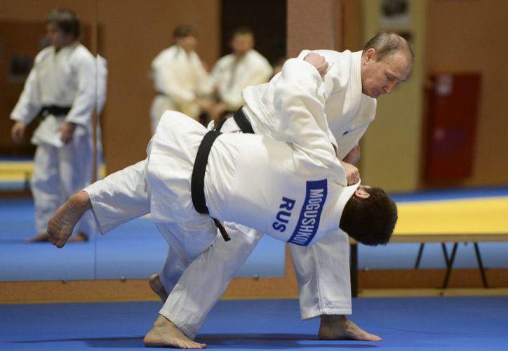 Vladimir Putin, presidente de Rusia, practicando judo (AP).
