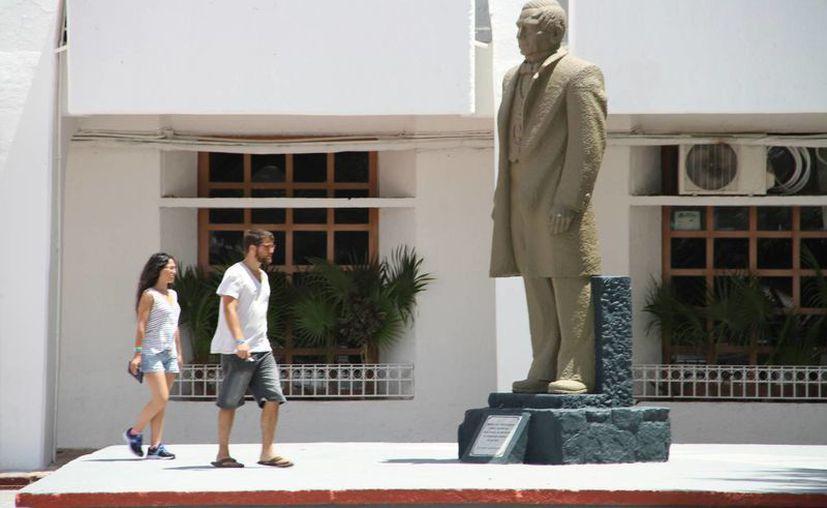 Hasta el momento la plaza de La Reforma es el lugar elegido para compartir entre funcionarios y habitantes. (Tomas Álvarez/SIPSE)