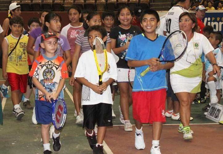 Tenistas, en los festejos de la Unidad Deportiva Kukulcán. (Milenio Novedades)