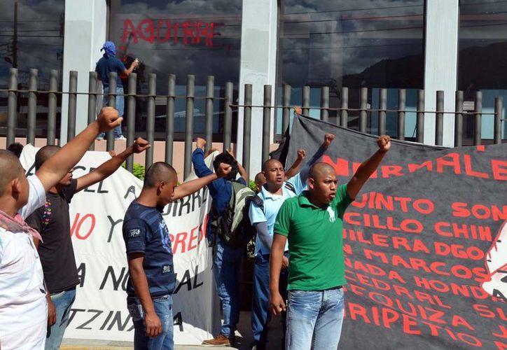 Protesta de estudiantes de la Escuela de Normalistas de Ayotzinapa frente al Congreso de Guerrero. (Notimex/Foto de archivo)