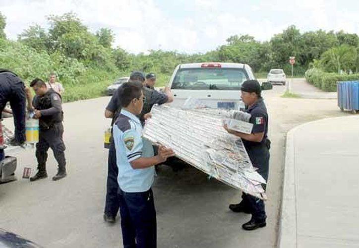 La mercancía fue subida a unidades oficiales, y trasladada a las instalaciones de la PGJE para su resguardo. (Redacción/SIPSE)