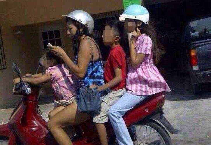 Las autoridades de tránsito ya comenzaron a multar a quienes se trasladen en motocicletas sin el casco correspondiente. (Redacción/SIPSE)