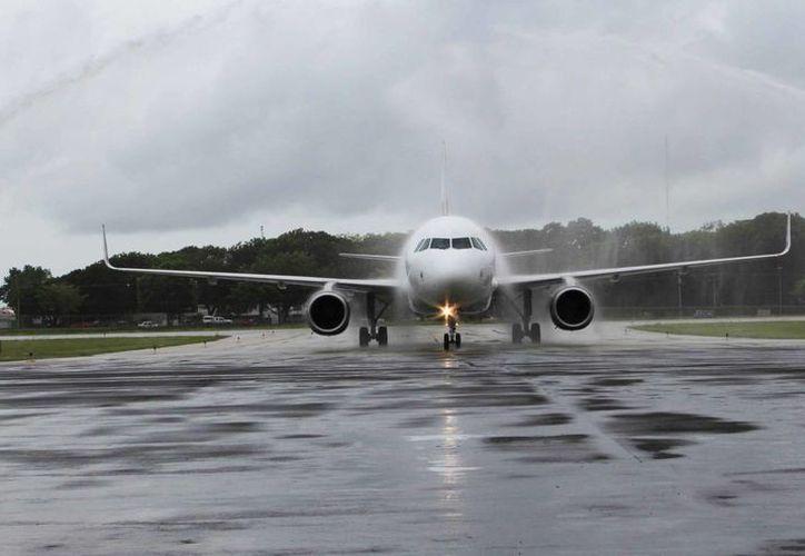 """Un total de 143 viajeros llegaron a Chetumal en el vuelo 824 de Volaris, con matrícula XA VLF, """"Sabrina"""". (Ángel Castilla/SIPSE)"""