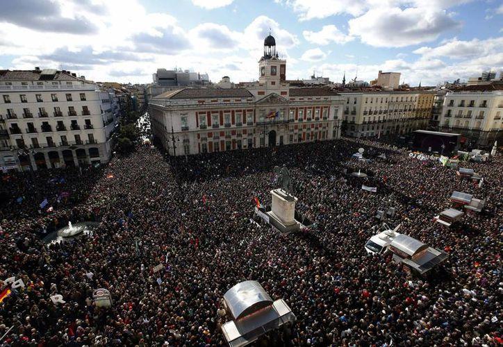 Los miles de manifestantes se reunieron en la céntrica Puerta del Sol, en Madrid, y se manifestaron respecto a las elecciones previstas para el final de este año. (EFE)