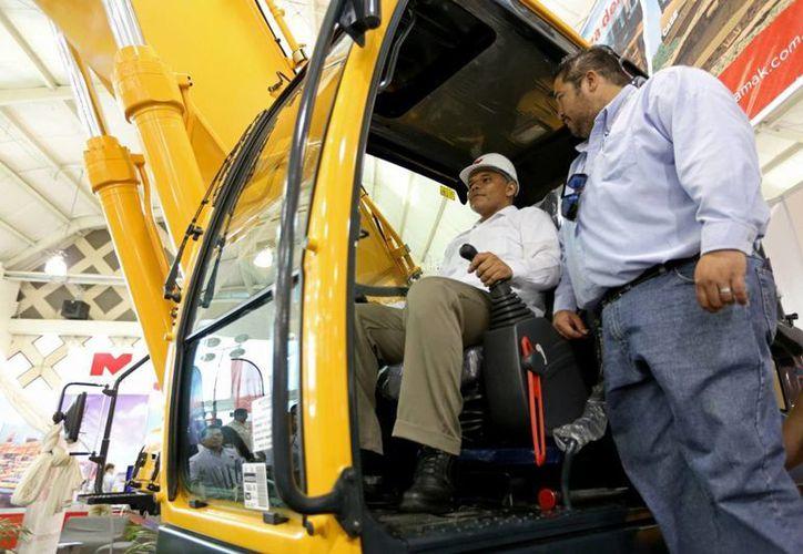 El gobernador Rolando Zapata recorrió los stands de la Expo Construcción antes de inaugurar la 7a  Reunión Regional de Infraestructura. (SIPSE)