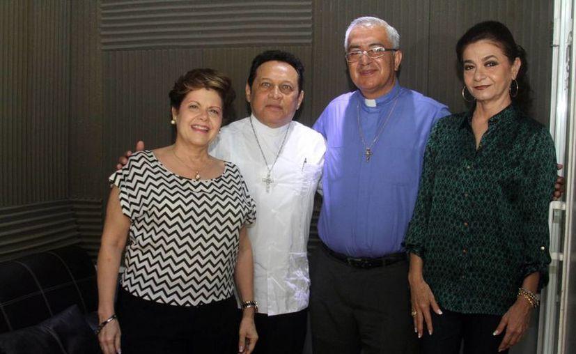 Los sacerdotes Miguel Medina Oramas y José Luis Cerda Méndez, y representantes de la Asociación Vida Humana Integral, estuvieron en el programa radial  Salvemos una Vida, que conducen  Alis García y Mariliz Escalante. (SIPSE)