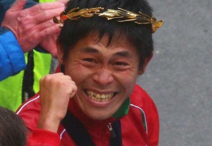 El japonés Yuki Kawauchi logró la victoria bajo lluvia, ráfagas de viento y frío. (20minutos.es)