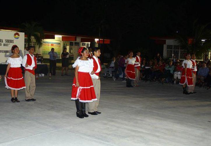 Los alumnos presentaron diversos bailables. (Gonzalo Zapatas/SIPSE)