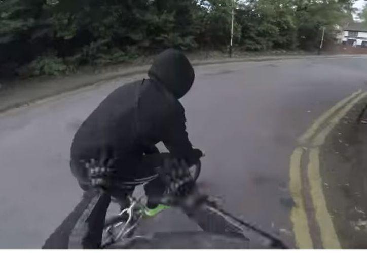 El motociclista alcanzó al ladrón y le quitó el móvil de la mujer para después devolverlo. (Foto: Captura)