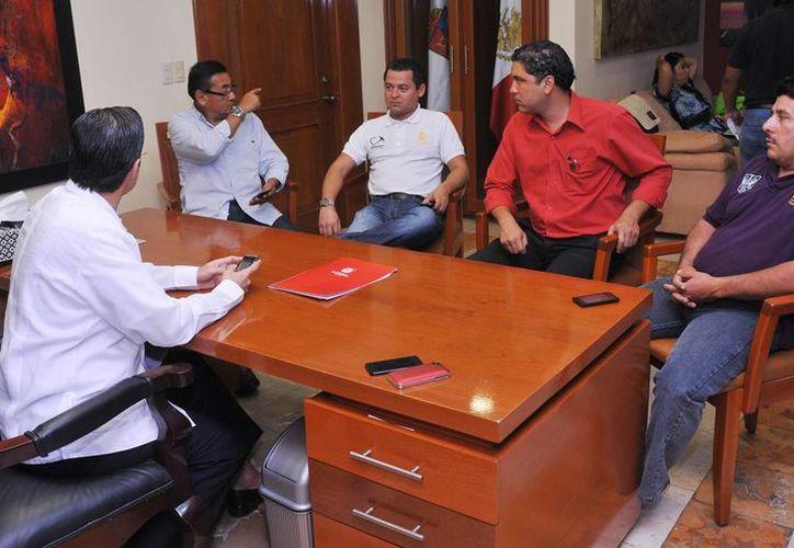 El alcalde y volqueteros tomaron acuerdos para la entrega de arena. (Cortesía/SIPSE)