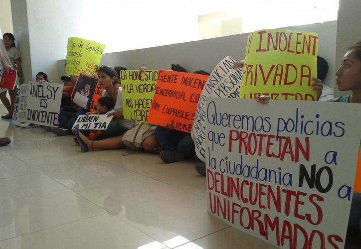 Alrededor de 30 estudiantes, familiares y amigos realizaron una manifestación. (Adrián Barreto/SIPSE)