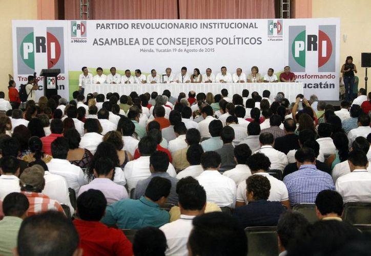 Cerca de 400 consejeros acudieron a la reunión del Consejo Político Estatal del PRI. Rindieron un homenaje con aplaudos en memoria de Manuel Medina Enríquez (q.e.p.d.). (Milenio Novedades)