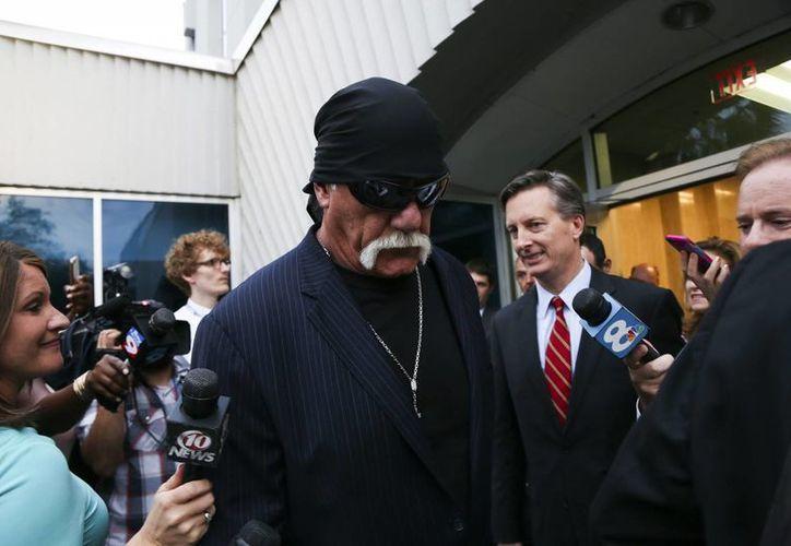 El exluchador Hulk Hogan al salir de la corte en San Petersburgo este viernes. Será indemnizado con 115 millones de dólares por el caso de un video privado que salió a la luz. (AP)