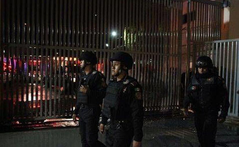 De acuerdo con las autoridades, la policía intervino a pocos minutos de que estalló la violencia en el centro penitenciario de Topo Chico. (Milenio Monterrey)