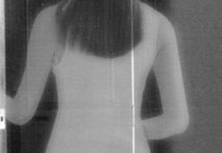 Retrato hablado del alma en pena, tal y como la han visto la mayoría de las veces: de espaldas y vestida de blanco. (Jorge Moreno/SIPSE)