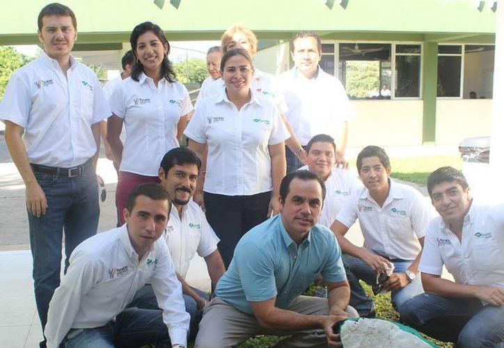 Directivos y personal del Conalep participaron en la campaña de reforestación. (SIPSE)