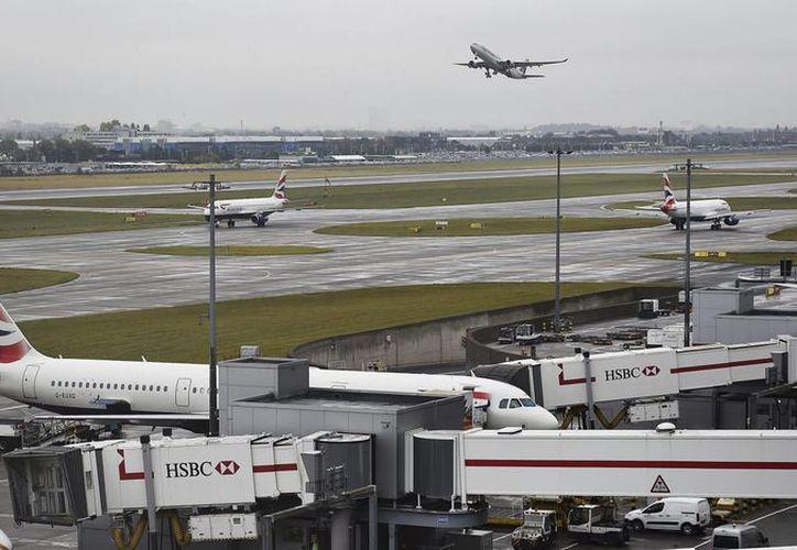 Un avión de pasajeros despega en el aeropuerto de Heathrow en Londres, Reino Unido. (EFE)