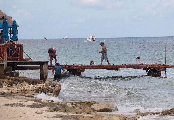 Una ambientalista denuncia la construcción de un muelle de madera, que inició desde el miércoles. (Foto: Gustavo Villegas)