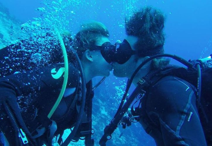 La pareja de dio un beso mientras buceaba en el arrecife cozumeleño. (Foto: Instagram/Sebastián Rulli)