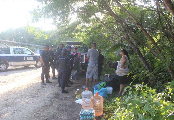 Sujetos desalojaron a los trabajadores de la empresa, por lo que la policía arribó al lugar. (Sara Cauich)