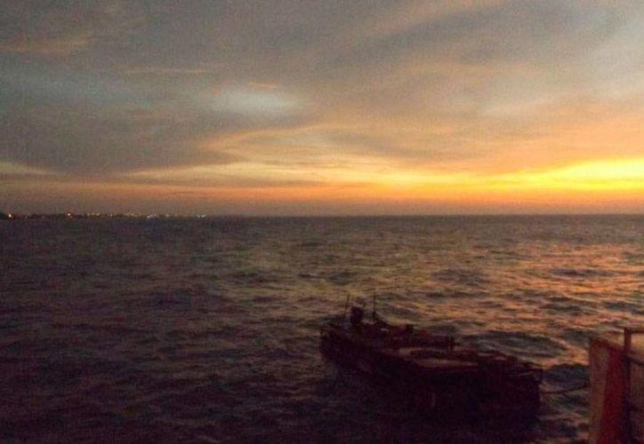 Una embarcación que transporta carga para la construcción del Nuevo Viaducto, en Progreso, se estrelló con el muelle. (Óscar Pérez/SIPSE)