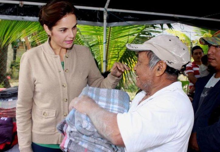 La presidenta del DIF Cozumel hizo la entrega personalmente. (Cortesía/SIPSE)