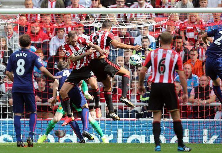 Jack Rowdell (c), exvolante del Manchester City, empató de cabeza a la media hora para poner el 1-1  entre el Sunderland y el Manchester United. (Foto: AP)