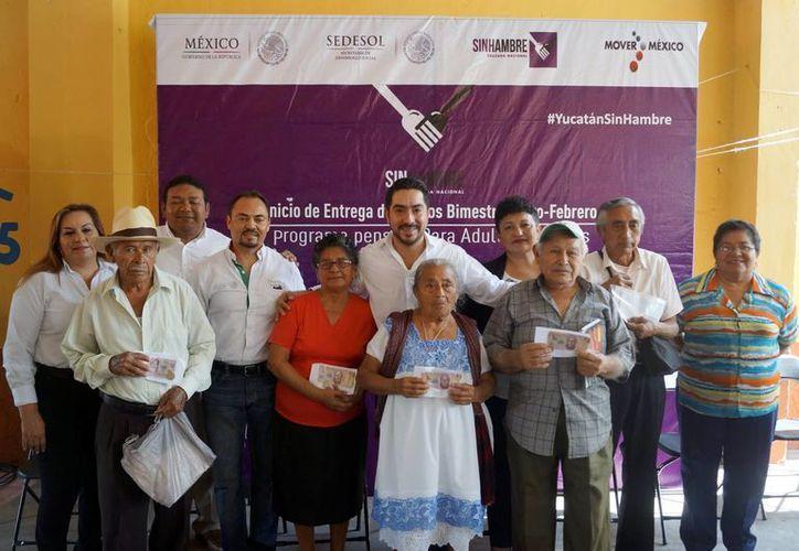 Imagen de la entrega de los pagos del Programa Pensión para Adultos Mayores por parte de la Secretaría de Desarrollo Social en Yucatán. (Milenio Novedades)