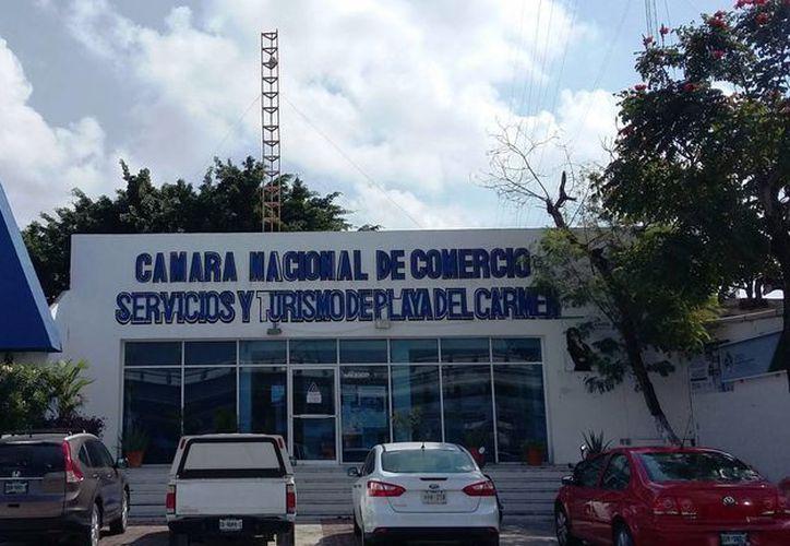 En las instalaciones de la Canaco-Servytur se asesora a los comerciantes sobre las nuevas disposiciones fiscales. (Daniel Pacheco/SIPSE)