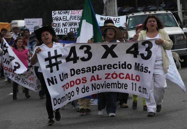 Un total de 43 organizaciones arribaron al DF procedentes de Guerrero para manifestarse al cumplirse 43 días desde que 43 estudiantes normalistas desaparecieron en Iguala. (Foto: AP)
