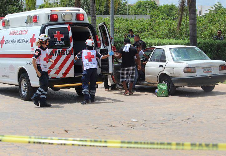 La víctima fue trasladado por paramédicos al IMSS de la Cobá. (Redacción/SIPSE)