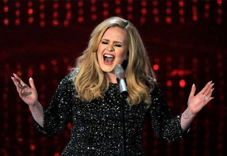 La cantante inglesa Adele dejará las giras mundiales durante 10 años para cuidar mejor a su único hijo Angelo. (Foto tomada de excelsior.com.mx)