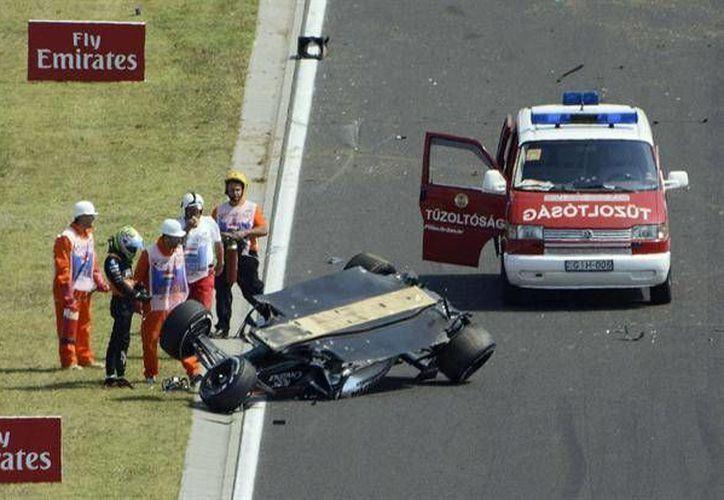 Sergio Pérez sufrió tremendo accidente al perder el control de su auto saliendo de una curva y chocó contra las vallas protectoras de la recta siguiente, el piloto mexicano salió ileso.(AP)