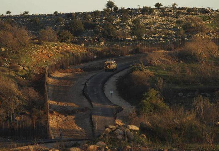 Una furgoneta militar patrulla por la frontera sirio-israelí, en el norte del Golán, zona de Israel. (Archivo/EFE)