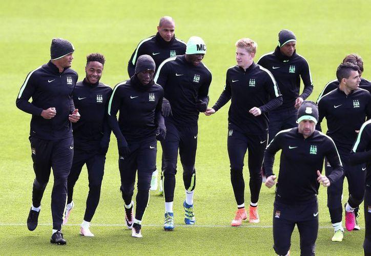 Entrenamiento del Manchester City de cara al partido de ida de la semifinal de UEFA Champions League ante Real Madrid. De izquierda a derecha: Vincent Kompany, Raheem Sterling, Bacary Sagna, Eliaquim Mangala (c) y Kevin De Bruyne. (AP)