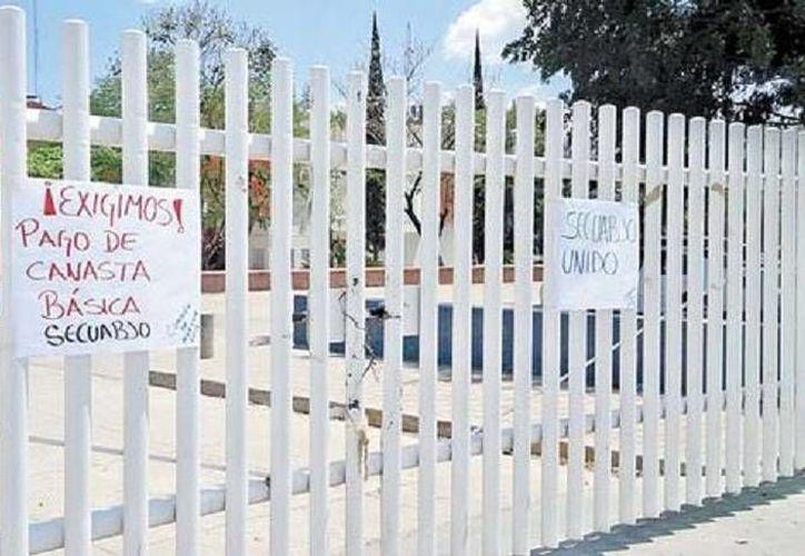 Trabajadores de la Universidad de Oaxaca plantean un aumento salarial de 25%, entre otras demandas. (Milenio)
