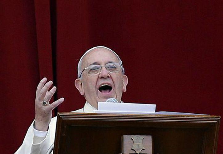 El Pontífice pronunció su discurso desde el balcón central de la Basílica de San Pedro ante unos 70 mil turistas y peregrinos. (Agencias)