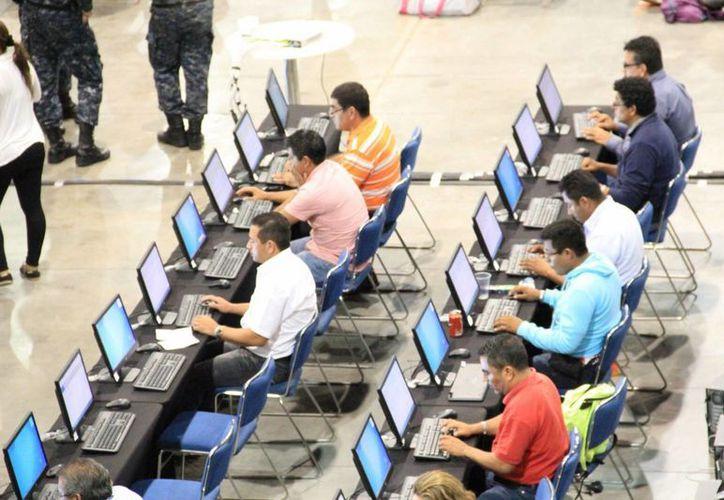 La SEP aseguró que los profesores que intentaron sabotear la evaluación docente en Guerrero serán despedidos o encarcelados. Imagen de los maestros durante el examen en Acapulco. (Notimex)