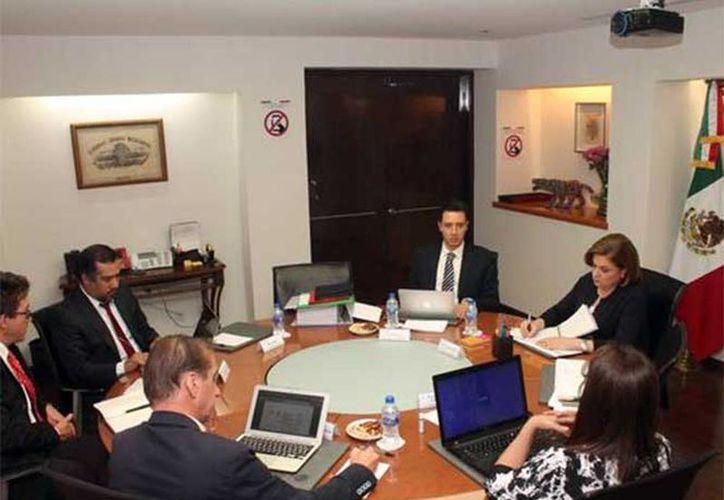 La PGR recordó que la funcionaria federal ha sostenido diversas reuniones de trabajo con el grupo interdisciplinario. (Excelsior)