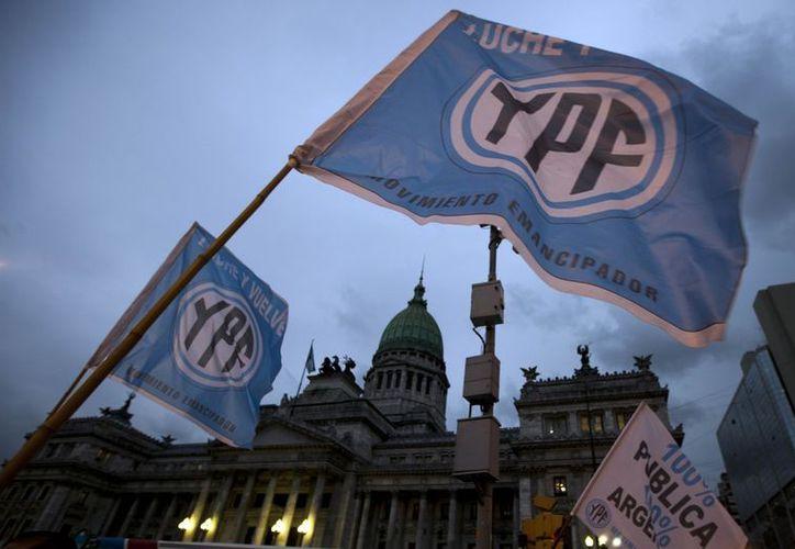 Las ganancias netas de YPF tras la nacionalización de la compañía cayeron a la mitad en el tercer trimestre de este año. (Agencias)