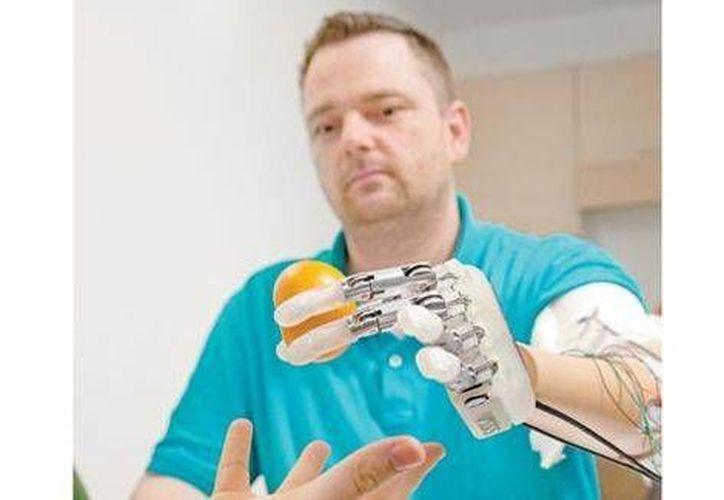 Dennis Aabo Sorensen, quien perdió una mano en un accidente casero, ahora tiene una vida renovada gracias a un dispositivo biónico. (Agencias)