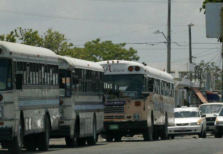 Las unidades de transporte público merman la imagen del mercado Lázaro Cárdenas. (Harold Alcocer/SIPSE)
